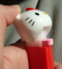 800px-Hello_Kitty_PEZ_dispenser_open_II